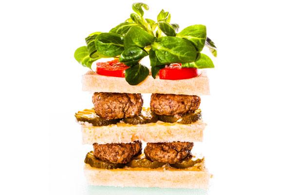 Beef patty sandwich with mâche salad