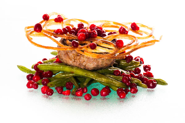 Veal patty with green beans and lingon berry jam